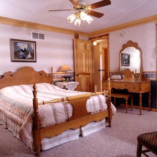 Modelo de dormitorio rústico con paredes grises y moqueta