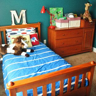 Immagine di una piccola camera da letto classica con pareti blu, moquette e nessun camino