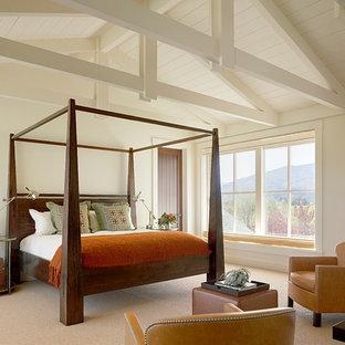 Imagen de dormitorio principal, campestre, sin chimenea, con paredes blancas y moqueta