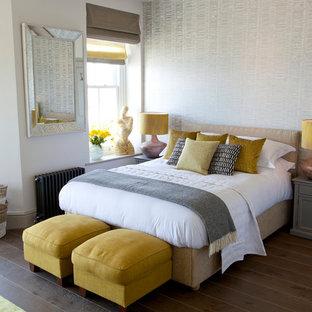Cette photo montre une chambre bord de mer avec un mur gris, un sol en bois brun et un sol marron.