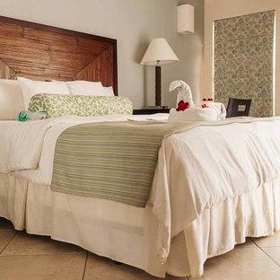 Modelo de habitación de invitados marinera, de tamaño medio, con paredes grises y suelo de travertino