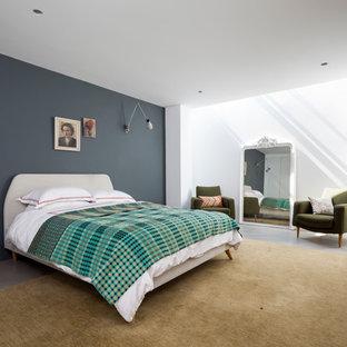 Идея дизайна: хозяйская спальня в современном стиле с белыми стенами и бетонным полом без камина