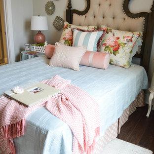 Modelo de habitación de invitados de estilo de casa de campo, de tamaño medio, sin chimenea, con paredes grises y suelo de madera oscura