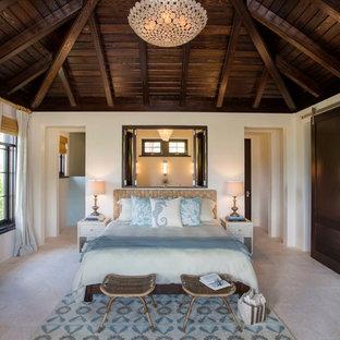 Cette photo montre une chambre parentale exotique avec un mur blanc et un sol en travertin.