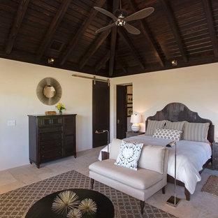 Inspiration för ett tropiskt gästrum, med vita väggar och travertin golv