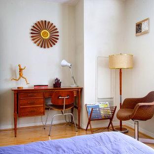 Пример оригинального дизайна: спальня в стиле ретро с белыми стенами и паркетным полом среднего тона
