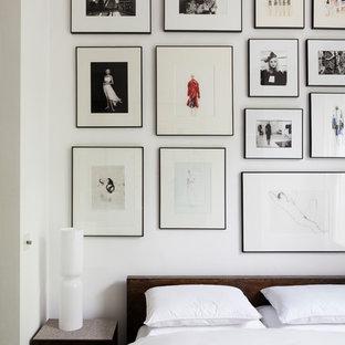 Modelo de dormitorio nórdico con paredes blancas