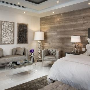 マイアミの広いコンテンポラリースタイルのおしゃれな主寝室 (マルチカラーの壁、大理石の床、暖炉なし、白い床) のレイアウト