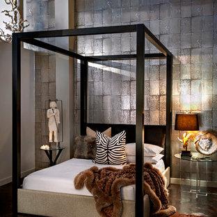 На фото: с высоким бюджетом маленькие гостевые спальни в стиле модернизм с белыми стенами и бетонным полом