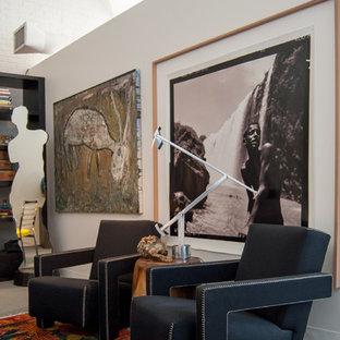 Eklektisk inredning av ett sovrum, med vita väggar och heltäckningsmatta