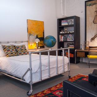 Modelo de dormitorio urbano con paredes blancas y moqueta