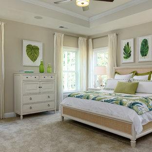 Modelo de dormitorio principal, tropical, con paredes beige, moqueta y suelo gris