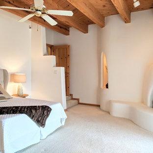 Idee per una camera matrimoniale stile americano di medie dimensioni con moquette, camino ad angolo, cornice del camino in intonaco, pareti beige e pavimento beige