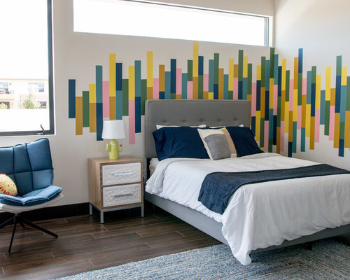 chambre avec un sol en bois fonc et un mur multicolore photos et id es d co de chambres. Black Bedroom Furniture Sets. Home Design Ideas