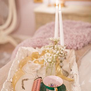 Foto di una camera matrimoniale shabby-chic style di medie dimensioni con pareti rosa, moquette, camino classico e cornice del camino in legno