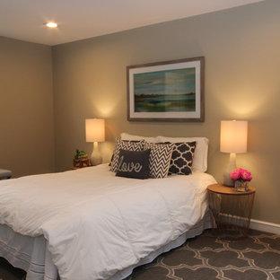 ボストンの中サイズのトランジショナルスタイルのおしゃれな寝室 (ベージュの壁、濃色無垢フローリング、暖炉なし、黒い床)