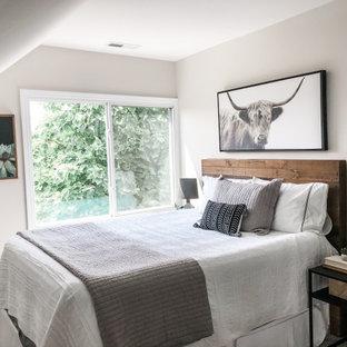 Imagen de habitación de invitados industrial, pequeña, con paredes grises y suelo laminado