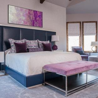 ダラスの広いトランジショナルスタイルのおしゃれな主寝室 (紫の壁、無垢フローリング、暖炉なし) のレイアウト
