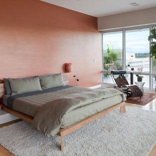 ニューヨークの大きいコンテンポラリースタイルのおしゃれな主寝室 (ピンクの壁、淡色無垢フローリング、暖炉なし) のレイアウト