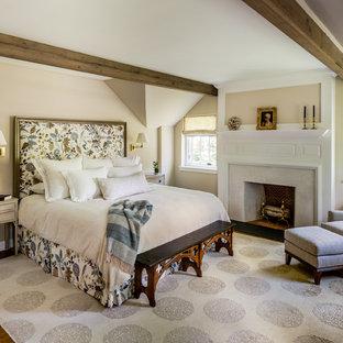 Свежая идея для дизайна: большая хозяйская спальня в классическом стиле с бежевыми стенами, паркетным полом среднего тона, стандартным камином, фасадом камина из штукатурки и коричневым полом - отличное фото интерьера