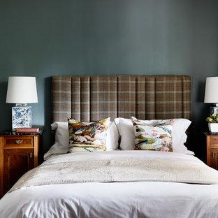 シドニーのエクレクティックスタイルのおしゃれな主寝室 (青い壁、標準型暖炉、木材の暖炉まわり、茶色い床、濃色無垢フローリング) のインテリア