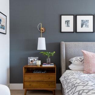 ロサンゼルスのトランジショナルスタイルのおしゃれな寝室 (グレーの壁、淡色無垢フローリング、ベージュの床) のインテリア