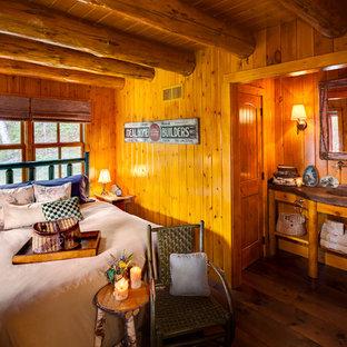 Inspiration pour une chambre chalet avec un sol en bois foncé et un sol marron.
