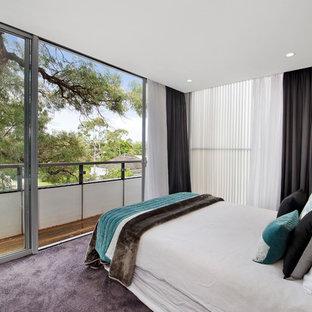 Imagen de habitación de invitados moderna, de tamaño medio, sin chimenea, con paredes blancas, moqueta y suelo violeta