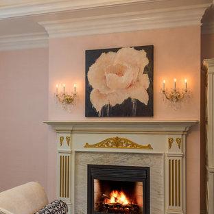 Foto di una grande camera matrimoniale classica con pareti rosa, moquette, camino classico, cornice del camino in legno e pavimento grigio