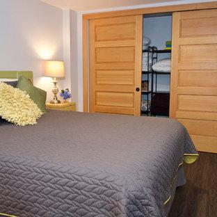 Idéer för att renovera ett litet eklektiskt gästrum, med vita väggar, vinylgolv och brunt golv