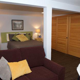 Diseño de habitación de invitados bohemia, pequeña, sin chimenea, con paredes blancas, suelo vinílico y suelo marrón