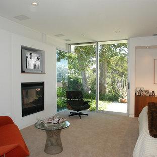 Идея дизайна: большая хозяйская спальня в стиле ретро с белыми стенами, ковровым покрытием, стандартным камином, фасадом камина из штукатурки и бежевым полом