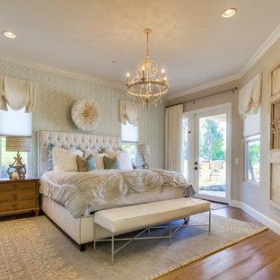 Пример оригинального дизайна: хозяйская спальня среднего размера в стиле шебби-шик с паркетным полом среднего тона, стандартным камином и бежевыми стенами