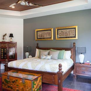 Imagen de dormitorio asiático con paredes grises y suelo de madera oscura
