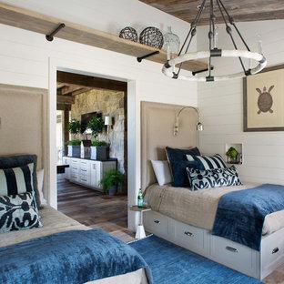 Diseño de habitación de invitados de estilo de casa de campo, de tamaño medio, sin chimenea, con paredes blancas, suelo de madera oscura y suelo marrón