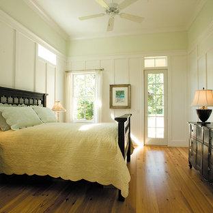 Diseño de dormitorio costero con paredes blancas, suelo de madera en tonos medios y suelo amarillo