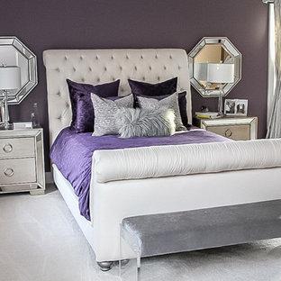 Modelo de dormitorio principal, moderno, grande, con paredes púrpuras, moqueta, chimeneas suspendidas y suelo beige