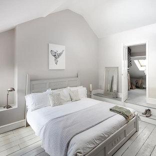 Inspiration för mellanstora shabby chic-inspirerade huvudsovrum, med målat trägolv och grått golv