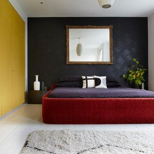 Modelo de dormitorio ecléctico, de tamaño medio, con paredes blancas, suelo de madera clara y suelo blanco