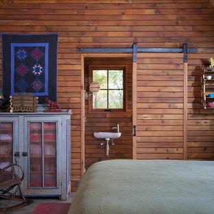 Ispirazione per una camera degli ospiti rustica con pareti marroni