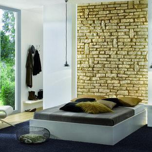 ニューヨークの小さいコンテンポラリースタイルのおしゃれな主寝室 (黄色い壁、淡色無垢フローリング) のインテリア