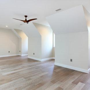 他の地域の巨大なコンテンポラリースタイルのおしゃれな客用寝室 (黄色い壁、無垢フローリング、暖炉なし) のレイアウト