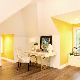 他の地域の巨大なコンテンポラリースタイルのおしゃれな客用寝室 (黄色い壁、無垢フローリング、暖炉なし)