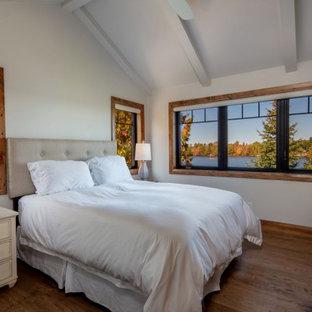Rustikales Schlafzimmer mit weißer Wandfarbe, braunem Holzboden, braunem Boden, freigelegten Dachbalken und gewölbter Decke in Toronto