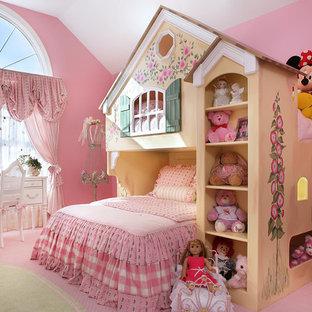 Imagen de dormitorio clásico renovado, grande, con paredes rosas, moqueta y suelo rosa