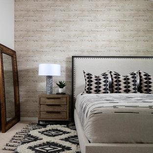 Imagen de dormitorio principal, campestre, de tamaño medio, con paredes beige, moqueta y suelo negro