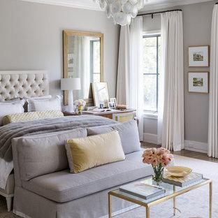 Mittelgroßes Klassisches Hauptschlafzimmer ohne Kamin mit grauer Wandfarbe, dunklem Holzboden und braunem Boden in Dallas