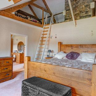 Foto de dormitorio campestre con paredes beige y moqueta