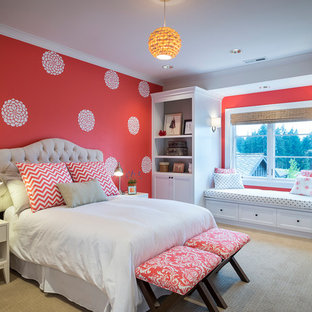 Ispirazione per una camera da letto design con moquette, nessun camino e pareti arancioni