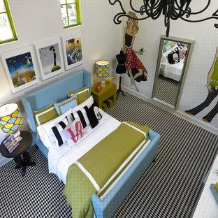Großes Modernes Schlafzimmer mit weißer Wandfarbe, Teppichboden und buntem Boden in Orlando